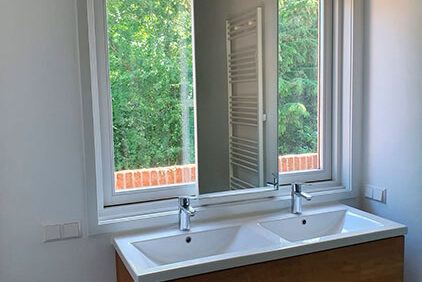 Verschuifbare spiegel voor raam