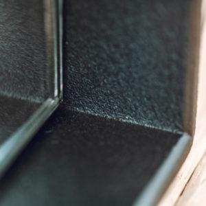 Detail stalen lijst spiegel omlijsting matzwart