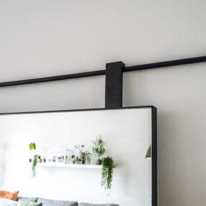 Spiegel met stalen lijst en roede matzwart gepoedercoat detail