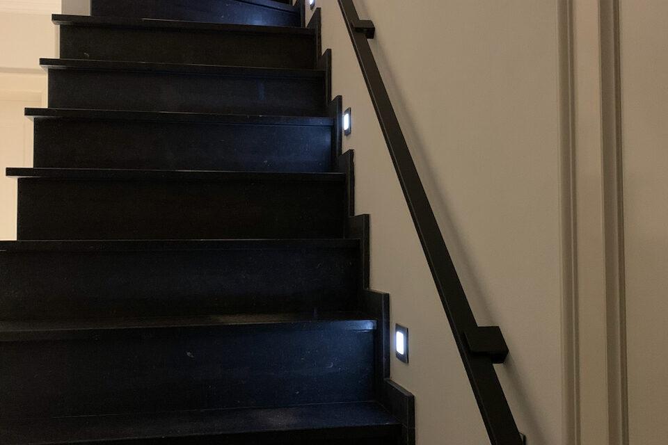 Platte stalen trapleuning op maat